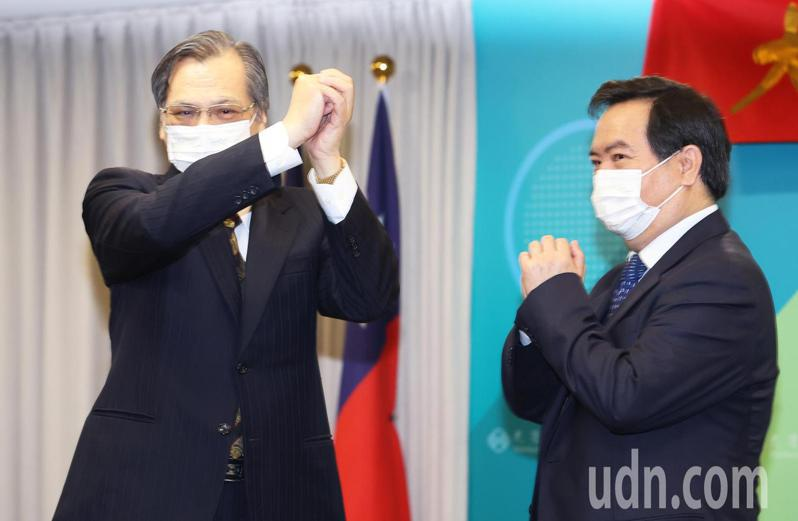 陸委會主委今天舉行交接典禮,卸任主委陳明通(左)將接任國安局長。記者潘俊宏/攝影