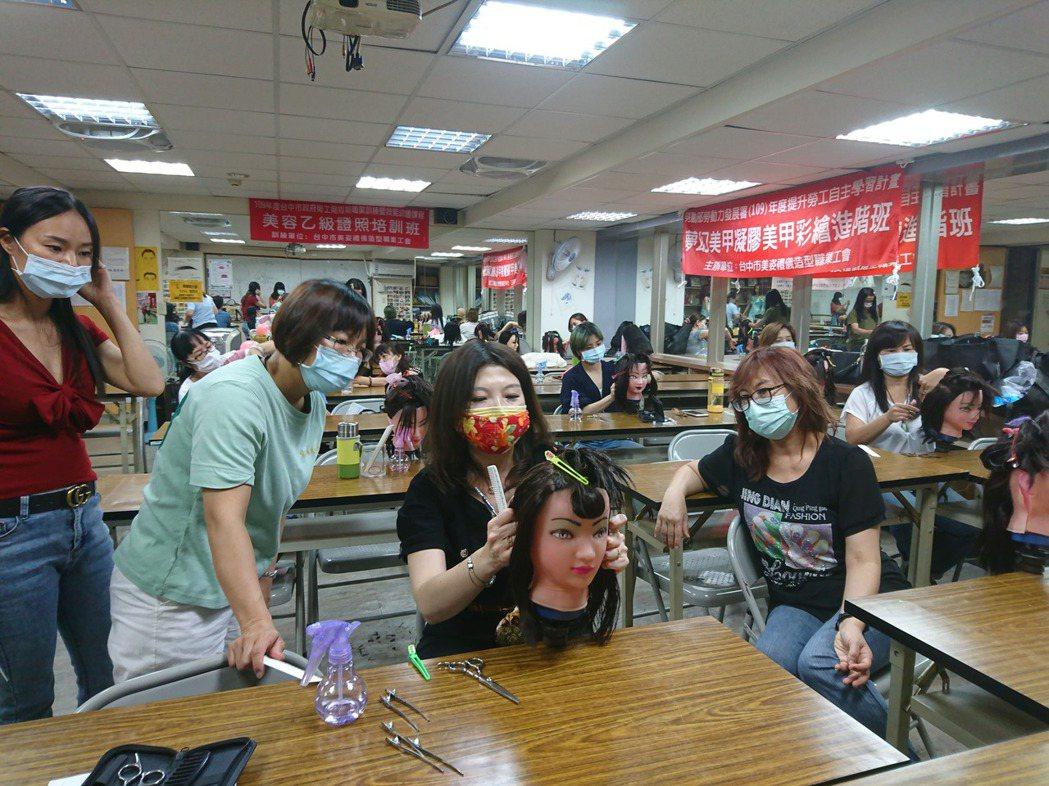 去年開設「居家時尚剪髮」勞工大學課程,場場報名人數爆滿。圖/台中市勞工局提供