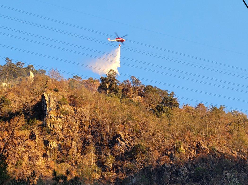 直升機空中投水灌救。圖/東勢林管處提供