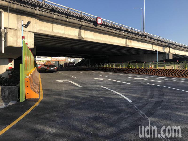 中山高仁德交流道萬代橋將改建,施工期間人車改走便橋。記者周宗禎/攝影