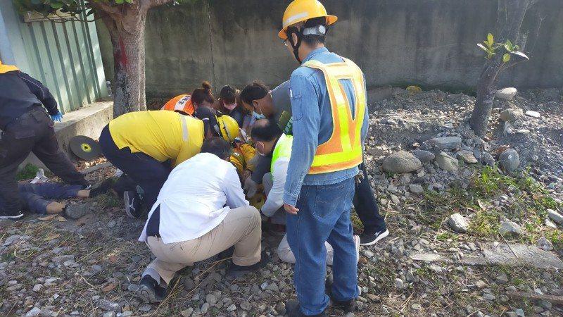 台鐵已廢站的海端站今早發生重大工安意外,一輛軌道上的工程車不明原因撞上3名施工工人,導致1死、1命危、1重傷,海端鄉衛生所現場進行急救。圖/海端鄉衛生所提供