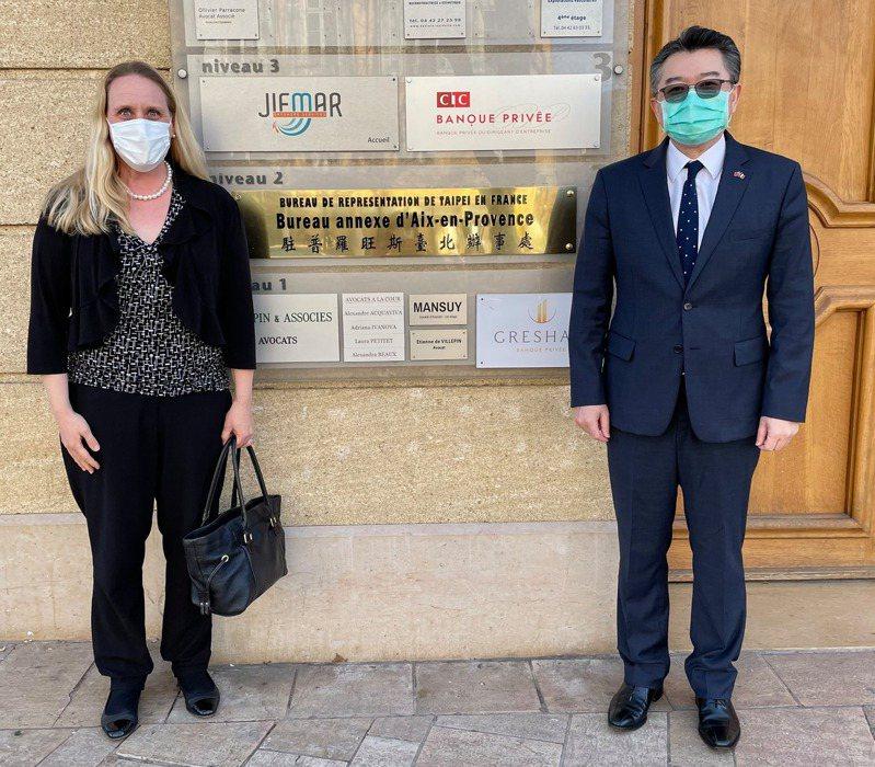 我駐普羅旺斯辦事處長辛繼志(右)和美國駐馬賽總領事葛珞爾會面。圖/取自普羅旺斯辦事處臉書