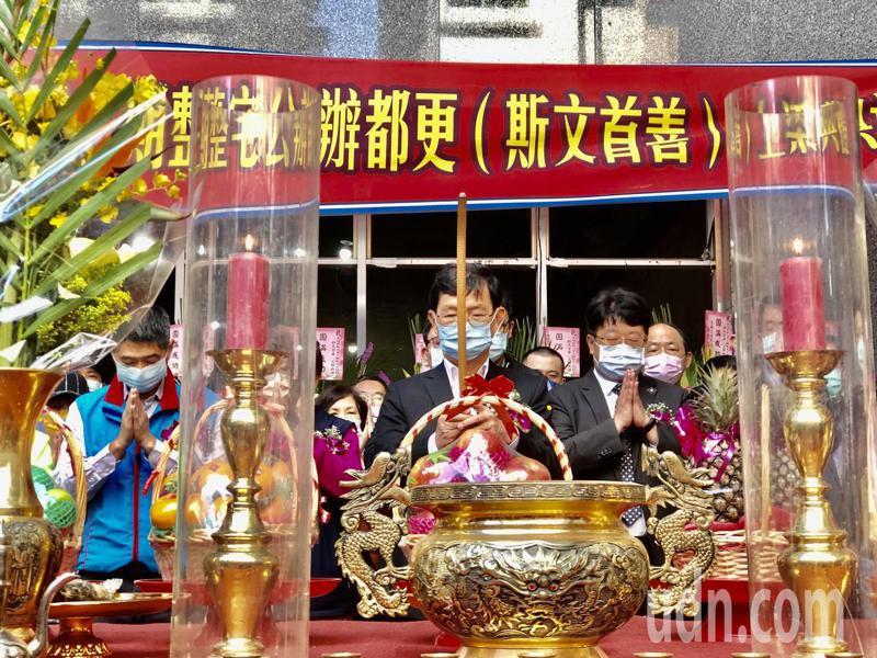 台北市副市長彭振聲今天出席斯文首善的上梁儀式,當場宣布5月份再補助原有住戶租金。記者鍾維軒/攝影