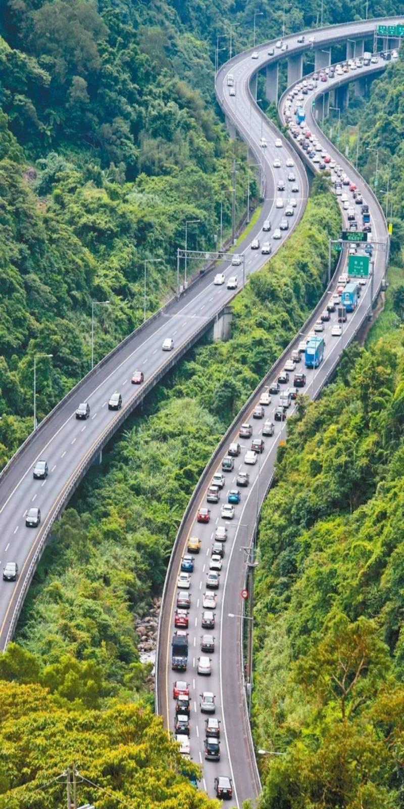 228連假天氣好,預估將大爆出遊人潮,國5每天的車流量可能超過7萬輛次,提醒用路人避開尖峰時段。本報資料照