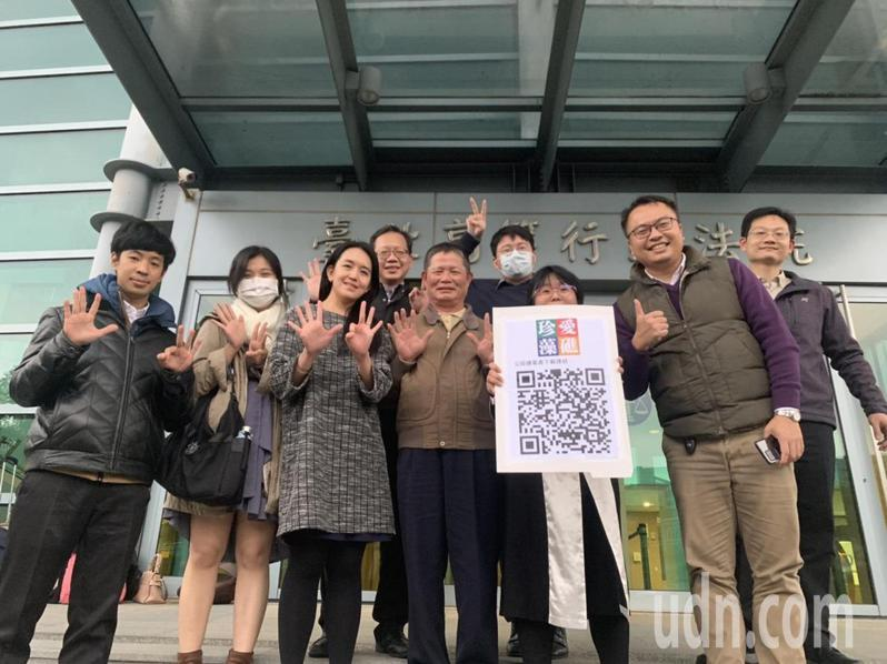 搶救大潭藻礁行動聯盟成員去年底到台北高等行政法院出庭。本報資料照