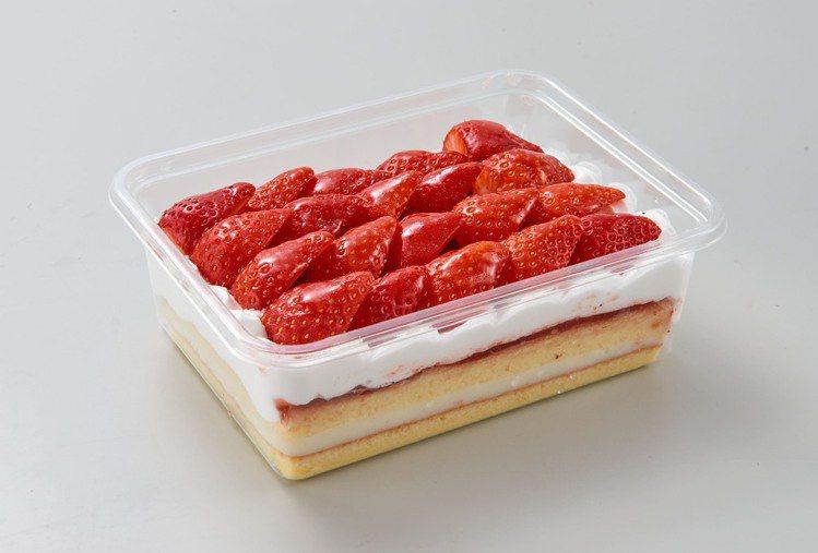 草莓千層蛋糕,售價168元,2月28日當天快閃限定優惠只要99元。圖/家樂福提供