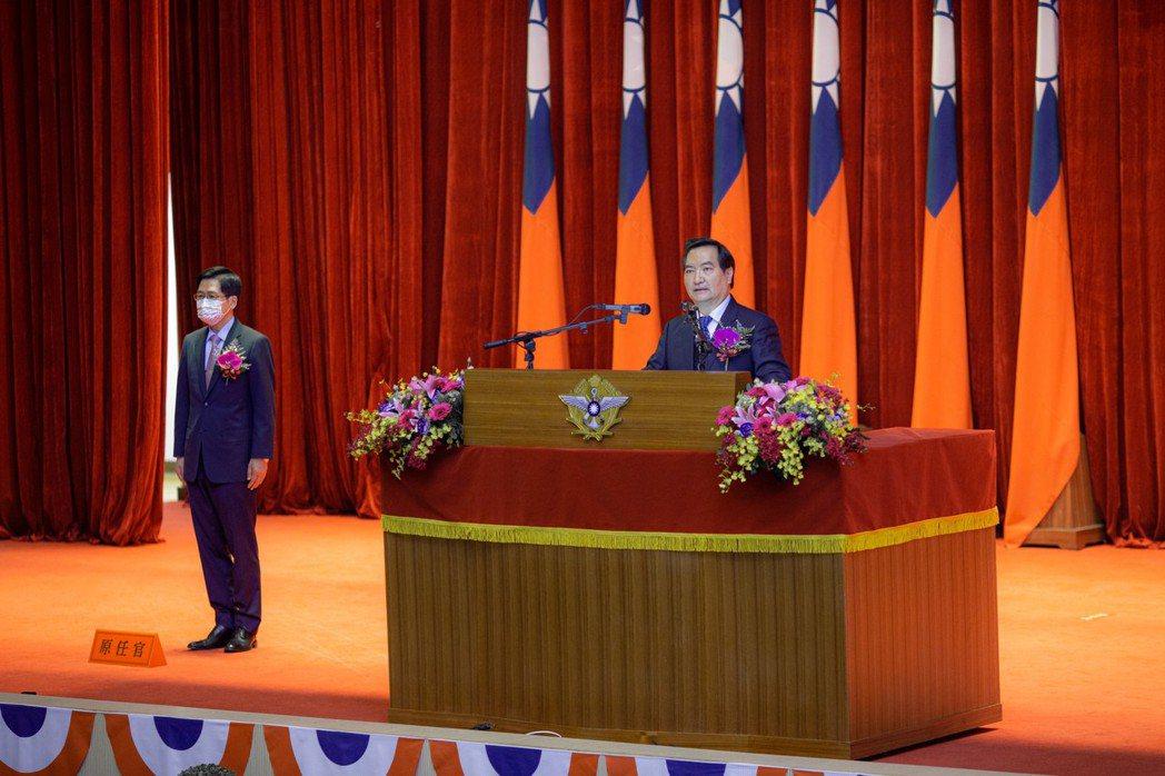 行政院政務委員羅秉成23日主持國防部部長交接典禮。圖/軍聞社