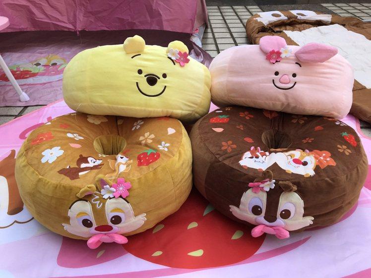 2月24日上午11點起7-ELEVEN推出ibon預購「櫻花系列甜甜圈坐墊」,共...