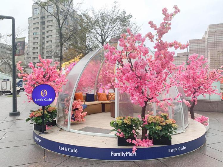 全家便利商店即日起至3月1日於台北市信義區商圈打造「Let's Café櫻花小屋...
