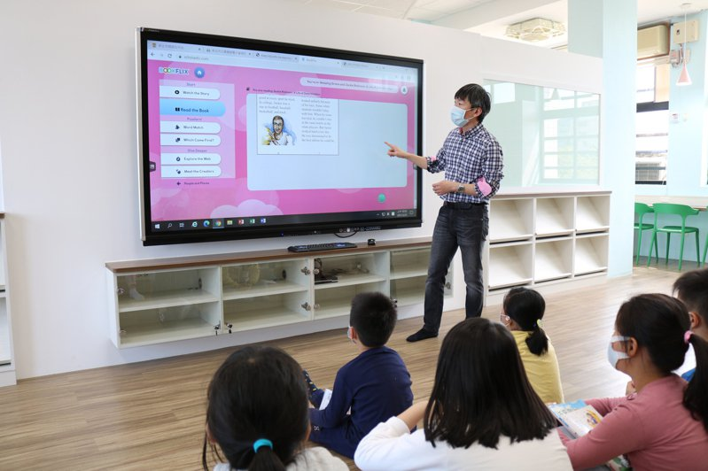 新北市汐止區白雲國小智慧圖書館今天正式啟用,館內電子繪本區72吋觸控螢幕,結合階梯閱讀區,可以讓教師可以進行電子繪本導讀。圖/白雲國小提供