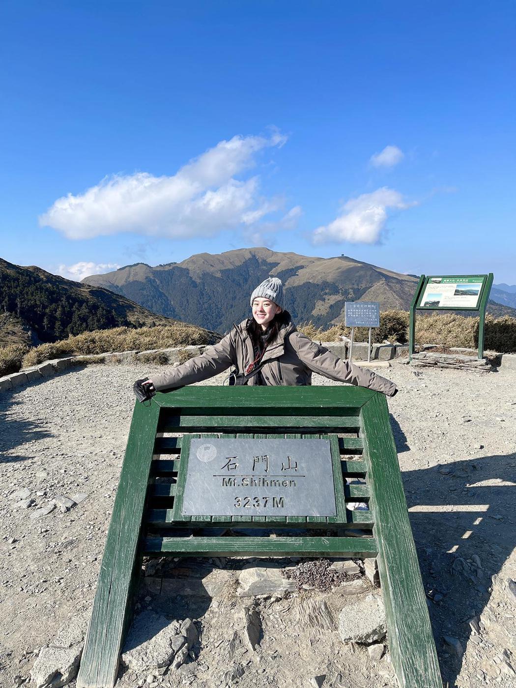 邱偲琹過年期間和家人一起爬山。圖/周子娛樂提供