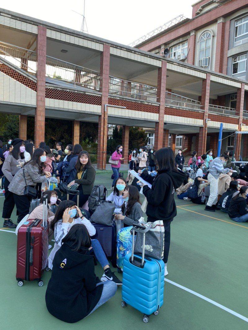 昨天開學,遇上台南女中畢旅,學生提著行李箱到校,準備搭車旅行去,成為不一樣景象。記者鄭惠仁/翻攝