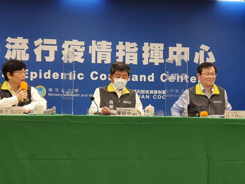 中央流行疫情指揮中心2月23日14:00記者會出席名單,由左到右為中央流行疫情指揮中心疫情監測組組長周志浩、指揮官陳時中、發言人莊人祥。記者楊雅棠/攝影