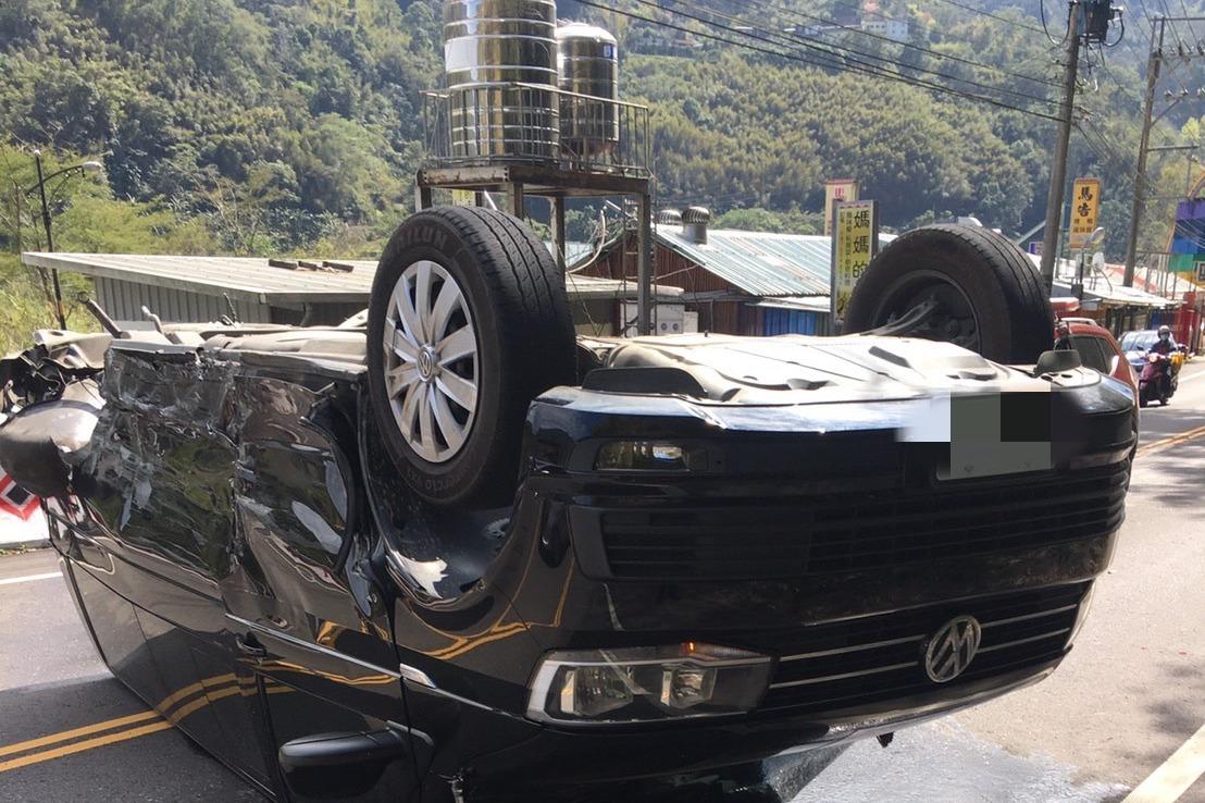 新竹計程車與廂型車對撞 車翻覆釀10人輕重傷送醫急救