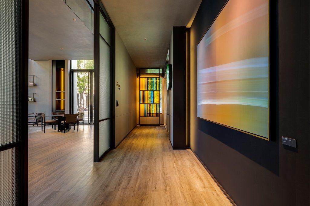 台北時代寓所一樓、前往星巴克走道。圖/台北時代寓所提供