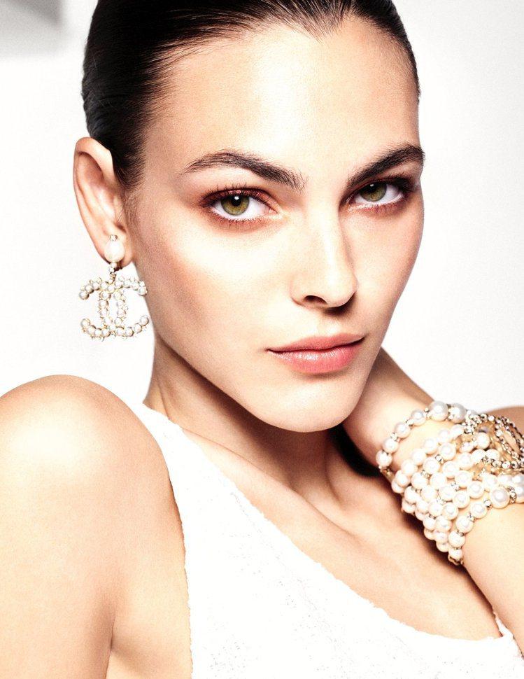 香奈兒2021珍珠光感限量彩妝系列,讓女人臉上閃耀珍珠光芒。圖/香奈兒提供