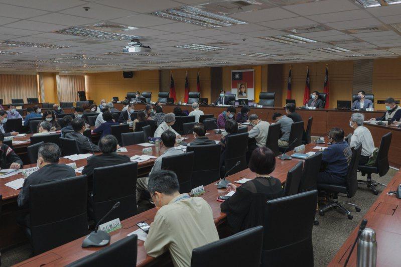 高雄市長陳其邁主持防疫會議,宣布進入醫療院所取消健保卡刷卡管制,放寬探病限制。圖/高雄市政府提供