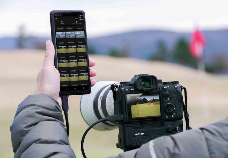 Sony α1為新聞工作者或運動攝影師提供動靜態影像全方位支援,可快速可靠地傳輸...