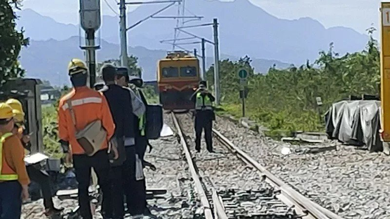 台鐵東部幹線海端站今天早上8點35分,發生電力維修車撞擊3名工務道班人員工安意外。圖/台灣鐵路局提供