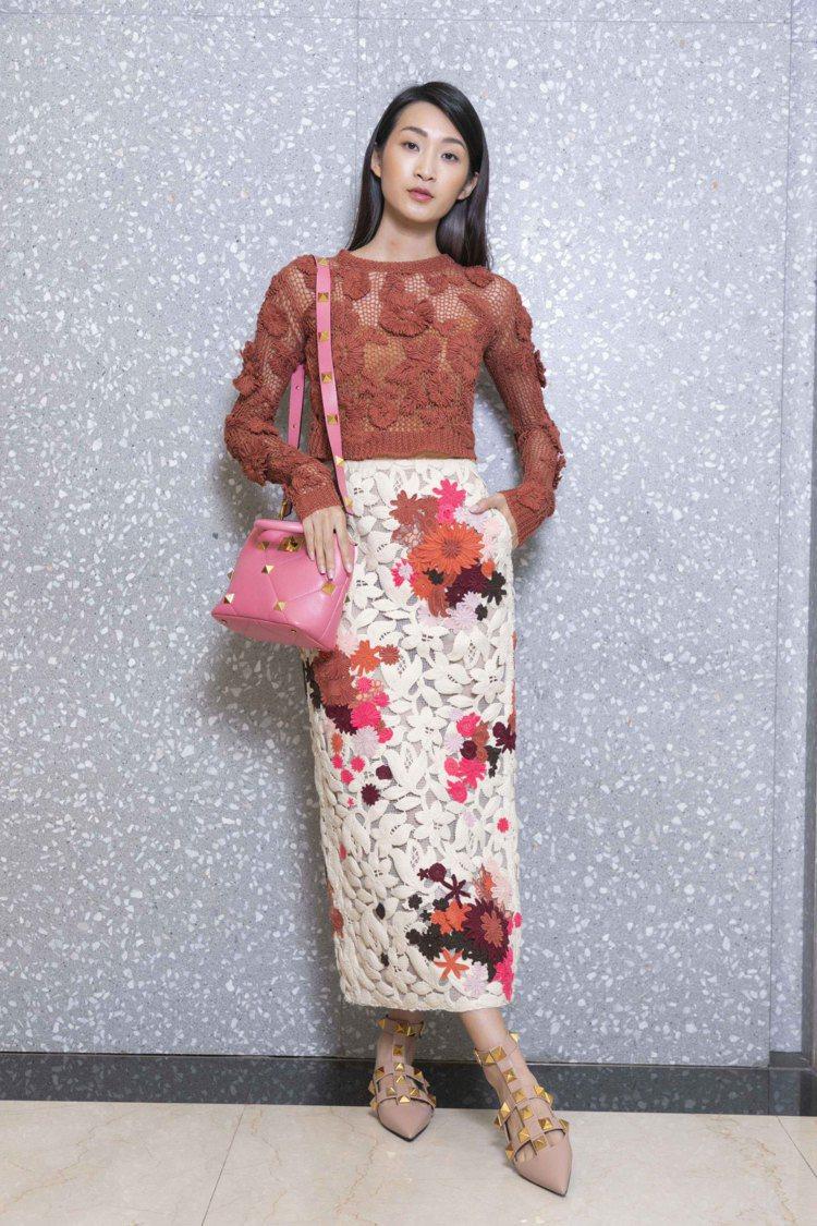 針織刺繡上衣97,500元,鏤空蕾絲刺繡長裙29萬元,Roman Stud粉色小...
