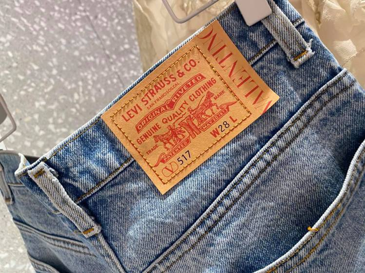 本季還有與Levi's聯名的1969 - 517經典小喇叭牛仔褲,特別打造的獨一...