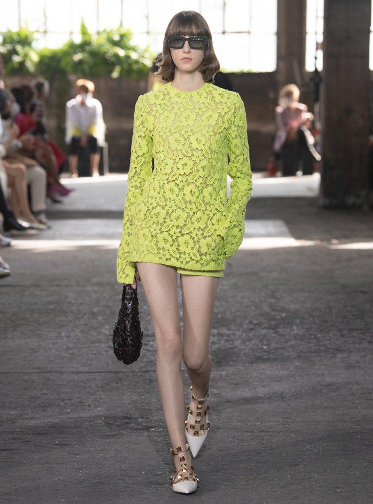 鏤空洋裝裡配有連身褲,方便活動。圖/Valentino提供