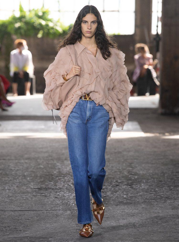與Levi's聯名的1969 - 517經典小喇叭牛仔褲和飄逸材質襯衫混搭出隨興...