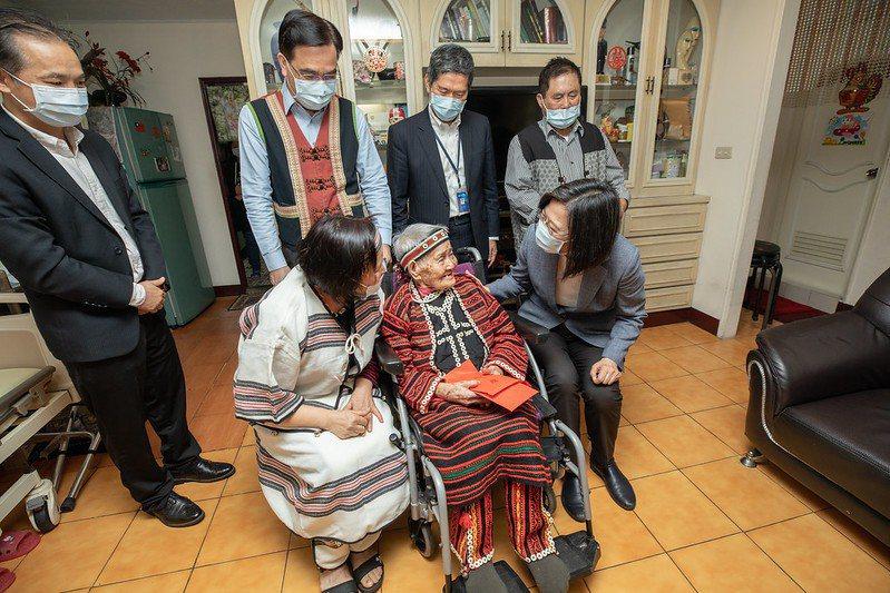 蔡英文總統今天上午前往新北市中和區拜訪目前全國僅存台灣原住民族文面登錄保存者林智妹(Ipay Wilang)。圖/總統府提供
