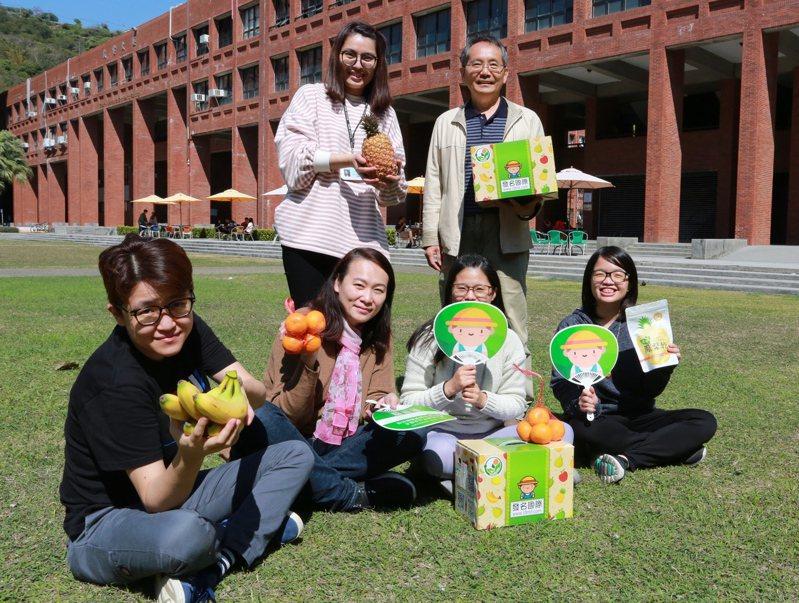 中山大學南台灣跨領域科技創新中心主任吳仁和(右後)、發名國際執行長施喬心(後左)與團隊,為中小農設立社會企業。圖/中山大學提供