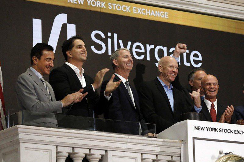 比特幣價格飆升嘉惠了專門承做比特幣存放款業務的銀門資本(Silvergate Capital),這家銀行的股價自2019年11月初上市以來已狂漲近1300%。圖為銀門資本在紐約證交所掛牌上市情景。(美聯社)