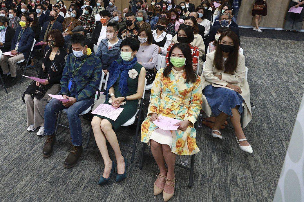 蕭大陸(前排左二)參加新春感恩禮拜,侯怡君(後排右二)坐其斜後方。圖/民視提供