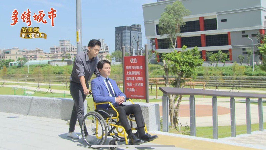 黃文星在(右)在「多情城市」中曾罹患腦瘤坐輪椅,某次Gino懷疑他裝病出門測試。...