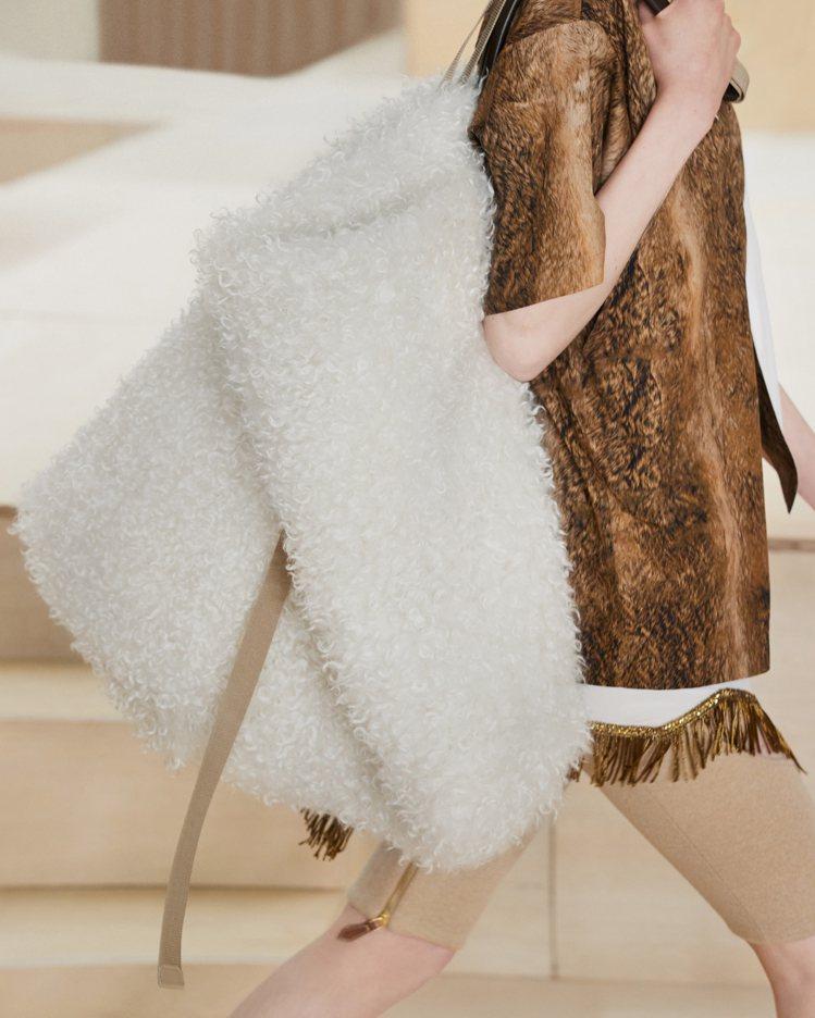 超大型包款是秋冬搶眼配件之一。圖/BURBERRY提供