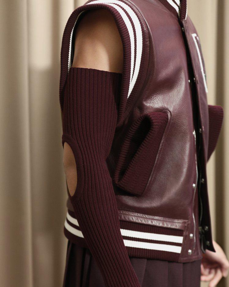 學院風的夾克在袖子表現針織挖空的剪裁趣味。圖/BURBERRY提供