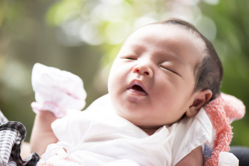 國民健康署簡任技正陳麗娟表示,小孩出生後都會拿到「兒童健康手冊」,內有「兒童發展連續圖」及「家長紀錄事項」,幫助家長檢視小朋友生長發展是否落後。示意圖/Ingimage