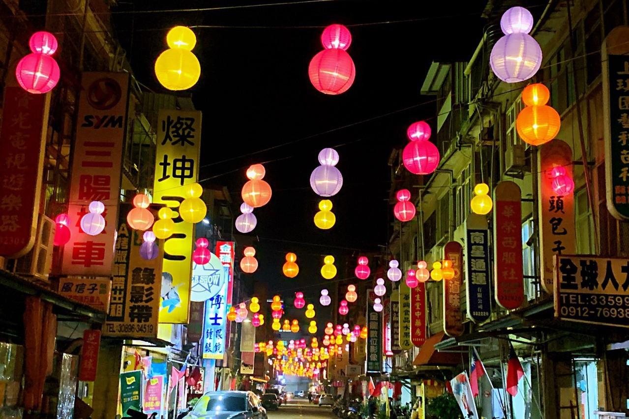 金湖燈光節登場 五顏六色的燈球閃耀街道
