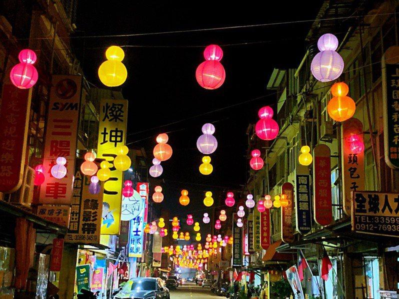 金門縣政府今年在金湖地區首度舉辦「金湖燈光節」,用五顏六色的燈球,將金湖地區妝點的相當美麗。圖/金湖鎮公所提供