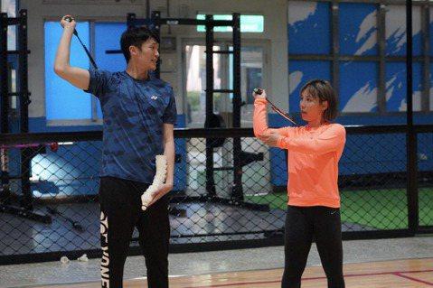 馬來西亞歌手李佳薇受疫情影響,今年農曆新年無法返鄉團聚,而她受邀參戰「全明星運動會」第二季,從小求學過程就是資優生的她,球類跑跳運動較不擅長、甚至沒有接觸過,特別邀來專業的鐵人三項體能教練和世界排名...