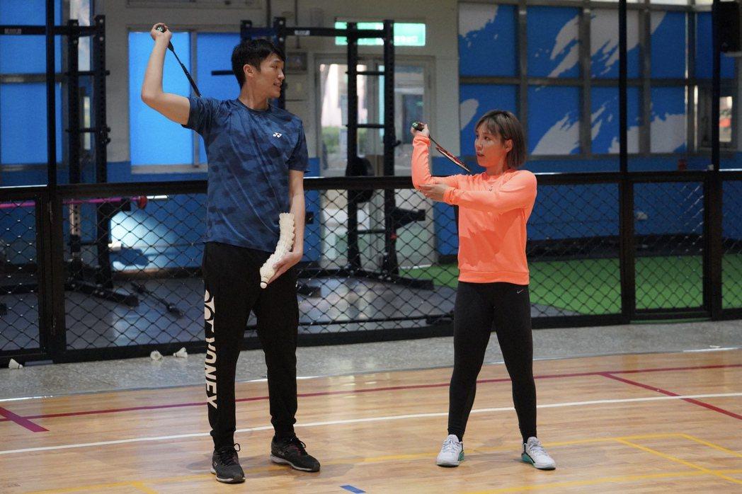 李佳薇(右)邀來專業的鐵人三項體能教練和世界排名21的羽球好手呂佳彬指導球技。圖