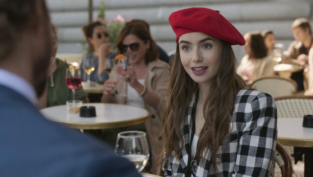 「艾蜜莉在巴黎」入圍金球獎最佳音樂或喜劇影集曾讓外界詫異。圖/摘自Netflix