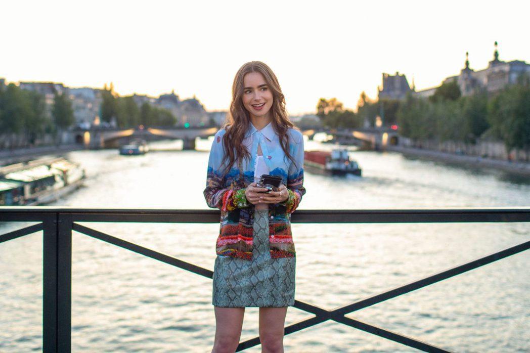 「艾蜜莉在巴黎」入圍金球獎傳出疑似賄賂投票會員的醜聞。圖/摘自Netflix