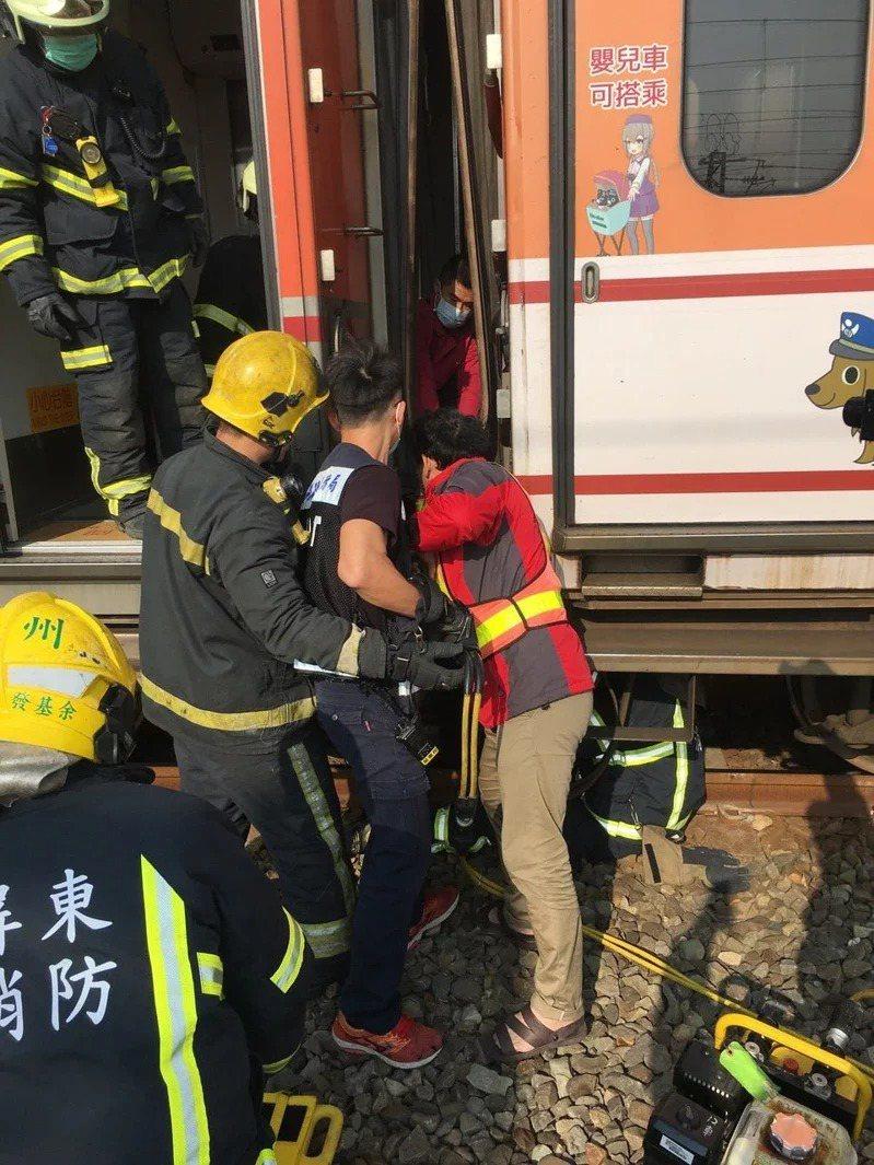 今年1月,一名台鐵調車員執行車廂更換摘掛作業時,遭兩節各35噸車廂重夾身亡。記者陳弘逸/翻攝