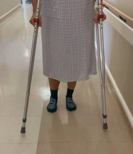 布魯克雪德絲近來只能拄著枴杖、練習慢慢走路。圖/摘自Instagram