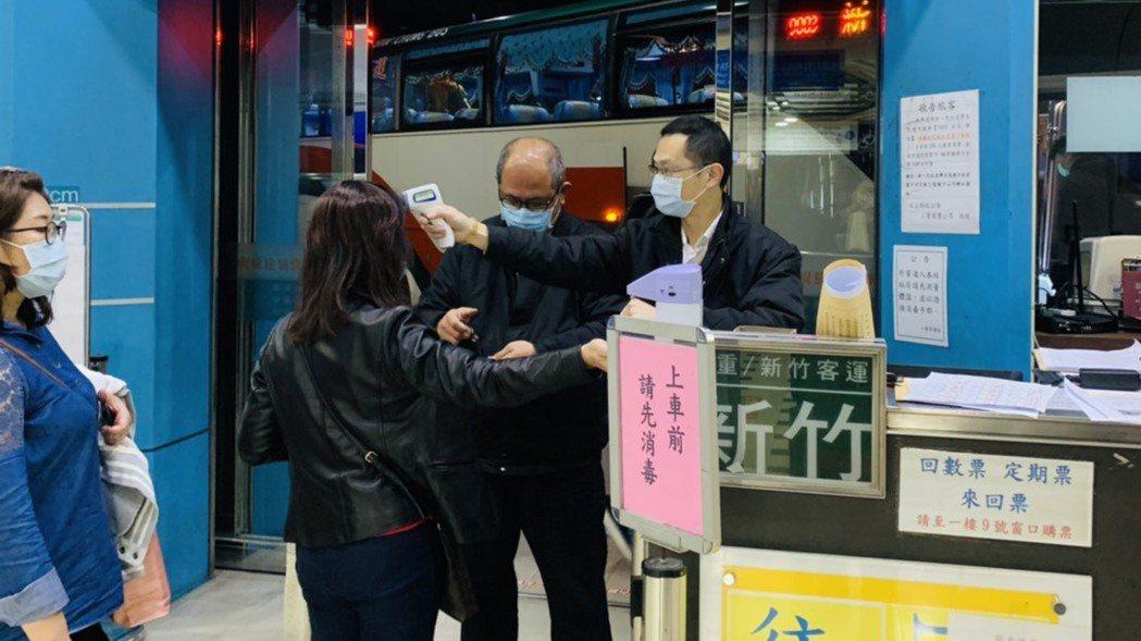 服務人員為乘客量測額溫及進行手部消毒。 圖/三重客運提供