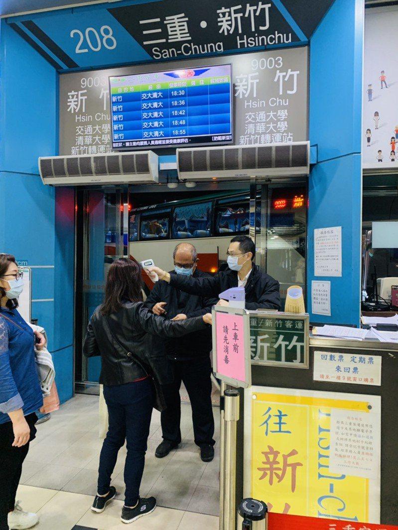 服務人員為乘客量測額溫及進行手部消毒。圖/三重客運提供