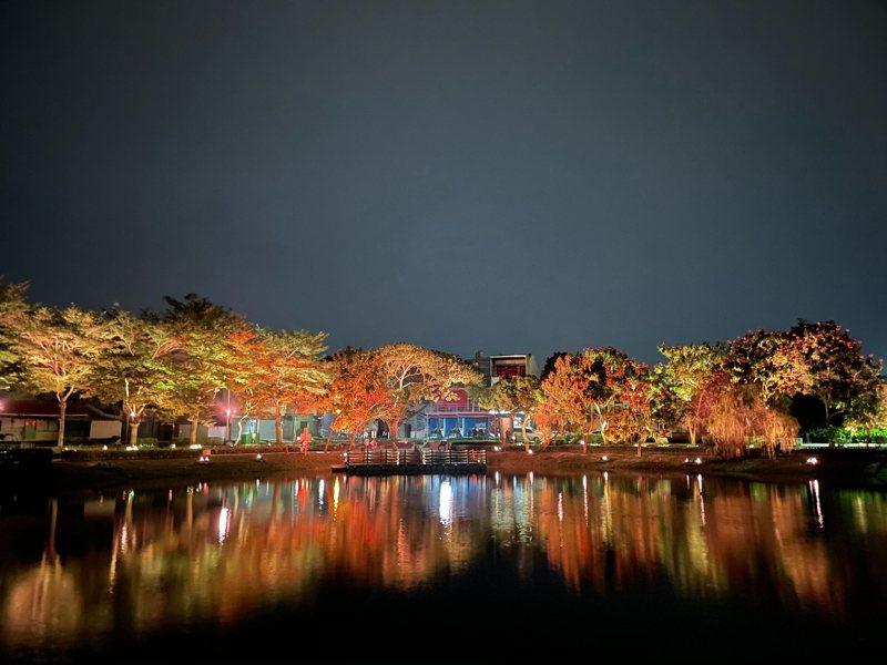 營建署補助3千萬元的台南鹽水「月津港光環境」已經完工,在夜晚啟燈時,有如到日本賞夜櫻的浪漫氣氛。圖/南市文化局提供