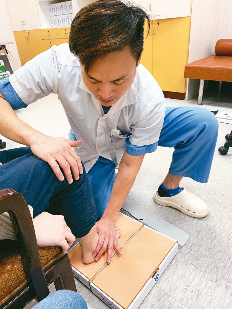 王宗揚為民眾手工訂製鞋墊。圖/王宗揚提供