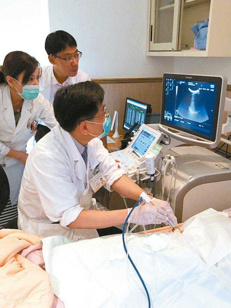 北榮胃腸肝膽科主任黃怡翔為病人治療。圖╱北榮提供