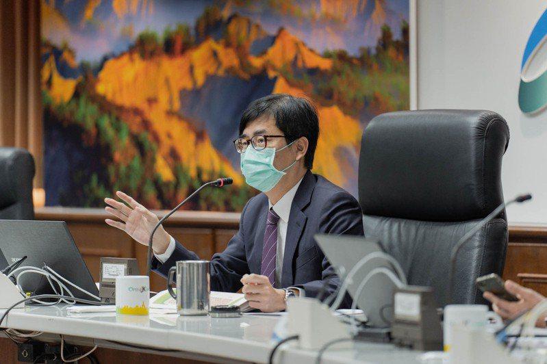高雄市長陳其邁昨在市政會議表示,今年將加速汰換老舊警車、更新防彈背心及建置無線電系統等,讓警察在第一線守望治安更有力量。圖/高雄市政府提供