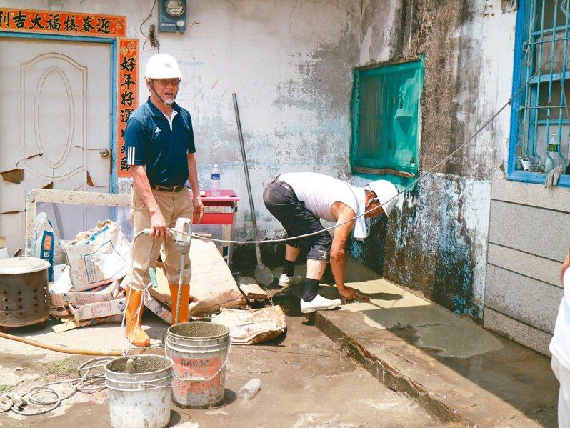 屏東縣百工師傅志工團團長是68歲的王英吉(左),在協助個案時,每次工程都親自評估協調。圖/屏東縣政府勞動暨青年發展處提供